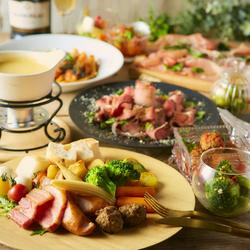 引き続き大人気のチーズタッカルビや、チキンミートボールと野菜のアヒージョなどボリューム満点!