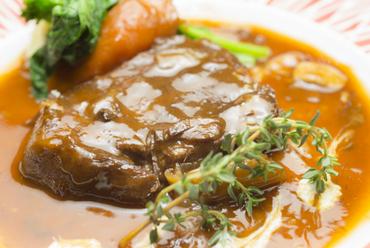 肉厚の牛タンを使用した『じっくり煮込んだ柔らかタンシチュー』