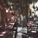 ぬくもり感じる木の装飾と重厚感のある石畳の壁、アンティークの家具とやわらかな光に囲まれた店内。こだわり抜いた店内で、季節の素材をふんだんに使用したこだわりのお料理と、お酒を心ゆくまでお愉しみ下さい。