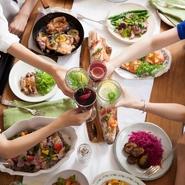 朝8時から11時までのモーニングから引き続いてランチ、カフェ、ディナーと、いつでも食事を楽しんで頂けます。季節のお料理を堪能する「女子会」、お友達同士の気軽な「パーティ」にもどうぞ。
