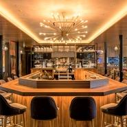 店内は106席と広く、カウンターやテラスなど多彩な席のバリエーション。ビュッフェスタイルのモーニングやカフェタイムもあり、お1人のお客様もゆったりとお過ごしいただけます。