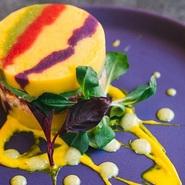 インカのめざめ、サーモン、アボカド、トマトをガトー仕立てにしたペルーを代表する一皿。