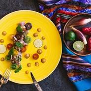マグロに、芹・茗荷・柚子胡椒・醤油を合わせ、日本の薬味の習慣とペルー料理へのオマージュを表現した一品