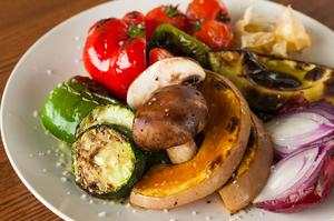 自然農法の野菜を中心にシンプルに味わえる『季節野菜の炭火焼 盛り合わせ』