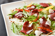 熊本産馬肉の赤身を、洋風にアレンジした女性に人気のメニューです。あっさりとした馬肉をたっぷりの野菜と共に。サラダ感覚でいただけるおしゃれなひと皿は、ワインが欲しくなる和と洋が融合した新しい味わい。