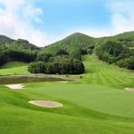 ゴルフ場の雄大な景色を眺めながら優雅なランチタイム