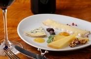 プロスタッフ「シュバリエ」厳選その日のおすすめ3種です。お好みも聞いてもらえる『Cheese 3種盛』