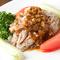 人気のメニュー! お肉の旨みにニンニクのソースがよく合います『蒸し豚の薄切りニンニクソース』