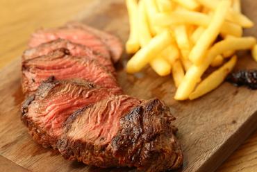肉本来の旨みを噛みしめる『牛フィレ肉のステーキフリット(フライドポテト添え)』