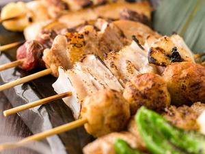 炭火でじっくり直火焼き◎噛むたび肉汁溢れる『串八種盛り合わせ』