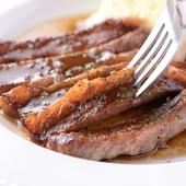 芳醇なマルサラソースが肉の旨みを引き立てる『牛ロースステーキ マルサラ風』