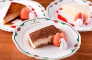 イタリア生まれのチーズケーキと言えば『ティラミス』。丁寧に手づくりされたティラミスはふんわりとした甘みと程よい苦みのココアパウダーとの相性が楽しめます。添えられた苺の甘酸っぱい酸味がアクセント。