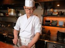 きびきびと動く料理人の姿や臨場感を楽しみながらのひとときを