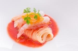シェフ渾身の一皿『薩摩たか海老とからすみ フルーツトマトのカッペリーニ』