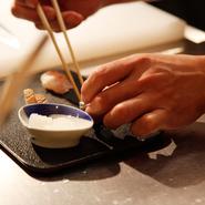 八寸は酒の肴として一皿に盛られるのが普通ですが【岡もと】ではお酒や食事のすすみ具合に合わせて出来立てを1品ずつ、3~4品を提供。締めのお饅頭も蒸かしたてを提供するなど、丁寧な仕事が光ります。