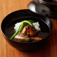 羅臼産昆布4、利尻産昆布6の比率で。店で削る枕崎の本枯れ節からとられる出汁は、すっきりとした中に豊かな風味。