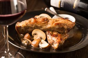 豪快に手づかみでかぶりつくと、ジュワ~っと肉汁あふれる『国産豚 スペアリブ オーブン焼き』