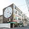 商店街の入り口にある大きな時計が目印