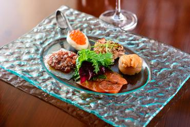 一皿で様々な味わいを堪能でき、彩りも美しい人気の一皿「本日のオードブル」