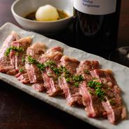テーブル席とカウンター席をご用意しております。 記念日にワインとステーキや単品のこだわりのおすすめメニューで素敵な時間をお過ごしください。