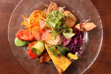 北海道産の旬の野菜が盛りだくさん。彩り豊かな『地場野菜たっぷりメリメロサラダ』