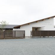 スマーク伊勢崎の北裏側、のどかな風景のなかに優雅に建つ一軒家レストランです。オーナーの意向に基づき注文設計をしたスタイリッシュなデザインが目を引きます。駐車場は6台あり。