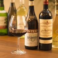 ワインは常時10種程度揃えています。本日のグラスワイン550円など1杯から気軽にオーダーできるものもあります。ほか、ビールやカクテルなどアルコールメニューも充実しています。