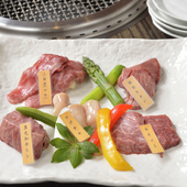 厳選した和牛の選りすぐり。それぞれの肉の旨味をたっぷり堪能できる『極上鐡盛合せ』