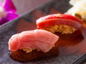 柔かく上質なトロの脂とコクを纏った赤身が口の中に広がる『鮨~トロと鮪の漬け』