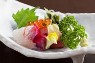その日仕入れの新鮮な魚介をお刺身で楽しめる『お造り三種盛り』