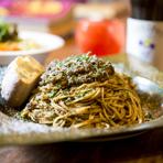 香味野菜と7種類のスパイスの風味が凝縮、「家族」の人気メニュー『贅沢なミートソースパスタ』