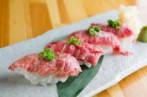 『仙台牛にぎり』はA5ランクの上質な肉の脂が口中にとろけだす、酢飯と相性バツグンの、美味なる4貫