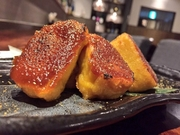 京都から取り寄せた生麩に自家製の田楽味噌を塗って焼き上げました。田楽味噌は地方や家庭によって違うものですが、ウチのは味噌の風味を損なわない程度に卵を  加えてコクを出し、やや甘めの仕上がりにしています。