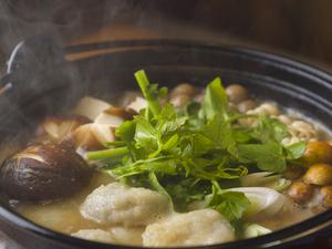 大和芋で作ったもっちり団子が入った味噌ベースの『山の芋鍋』。きのこたっぷりで心も体も温まります