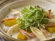 """白菜がメーンという少し珍しいお鍋は、湯葉や生麩、里芋など豆乳になじみやすい食材が入っているのも特徴。豆乳鍋と聞くとこってりしたイメージですが、特製の""""かえし""""で伸ばしているのでサラッといただけます。"""