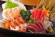 市場で仕入れた旬の魚介をヤマモ醤油でお楽しみください。※写真は一例です。