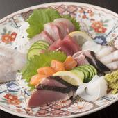 近海ものの地魚を中心に新鮮な魚介が光る『刺身盛り合わせ』も人気メニュー。