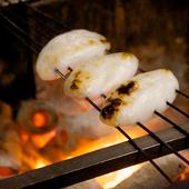 炭火で炙りたて熱々の表面はこんがり、中はふわふわの『笹かまぼこ』