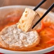 SNS映え カマンベールチーズを大胆にまるごと1個使用した今季のトレンド鍋!チーズがとろけ出し、とろ~りまろやかな味わいをお楽しみ頂けます。  ■ご注文は2人前から承っております。