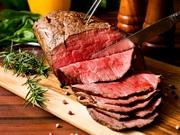 大迫力の塊肉を低温でじっくり火を通してから提供する当店自慢のローストビーフはしっとり柔らかな食感。口に入れると赤身の旨味や脂身の甘みが口いっぱいに広がります。
