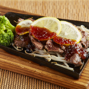 ジューシーな鶏もも肉の美味しさを熱々でご提供します。