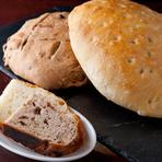 料理とともにパンも手作りでご提供しております。天然酵母の発酵時間はイーストの10倍ほど。生地が時間をかけて熟成し発酵することで、豊かな風味と食感が生まれます。