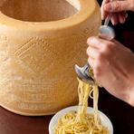 具は何も入っていない。このチーズだけの味で楽しむパスタやリゾット(1800円)。  羊のチーズペコリーノがこんなに美味しいなんてと言われる人気メニューです。