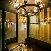 有名デザイナーが手掛けた豪華な空間で、特別な日のデートを