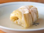 きゃべつで鶏ひき肉で包んだひと品です。きゃべつを何層にも巻いているため、きゃべつの持つ甘みと旨味を存分に味わえます。