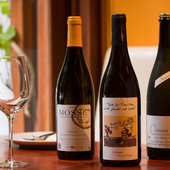 素材自慢の料理を引き立てる自然派ワインの数々