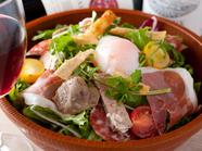 お肉屋さんのサラダ (パテ・生ハム・砂肝・サラミ・温泉卵など)