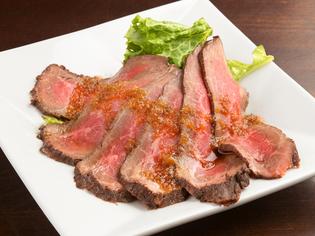 美しいお肉の抜群の旨みに心躍る『A5和牛のローストビーフ』