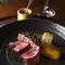 肉の旨みをダイレクトに味わう『黒毛和牛 炭火焼きステーキ』