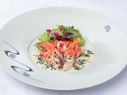 フレンチを代表する食材「オマール海老」は、玉葱や人参などでとった野菜出汁と白ワインビネガーの特製ドレッシングで。